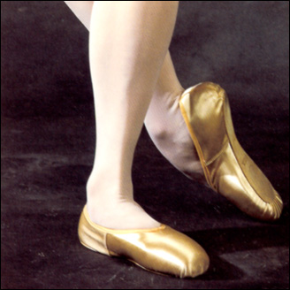 "Freed "" Studio"" Pointe Shoe Style #: Freed ""Studio"" Pointe Shoe. State of the Art Pointe Shoe for the beginner dancer. Handcrafted in England with the acclaimed characteristics of the Freed Classic.